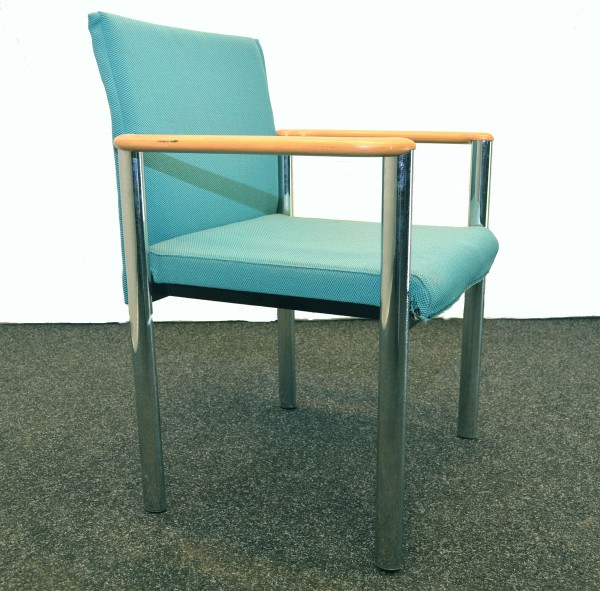 Besprechungsstuhl, türkise Stoffpolsterung, Armlehnen aus Holz, gebrauchte Büromöbel