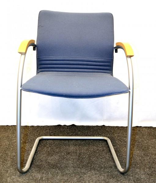 Stapelstuhl, blaue Polsterung, Holzarmlehnen, gebrauchte Büromöbel